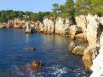 CIMG7069 Cap-d'Antibes-coastline-past-barrier-at-Hotel-du-Cap